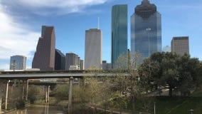 cierre de 4K UltraHD para arriba del horizonte de Houston en un día soleado almacen de metraje de vídeo