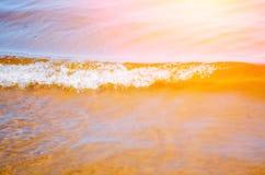 Cierre de la arena de la playa del lago wave para arriba Imagenes de archivo