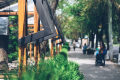 Cierre de la arquitectura de la calle para arriba en un fondo de la ciudad fotos de archivo libres de regalías