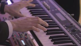 Cierre de la cámara lenta - encima del tiro de jugar masculino de las manos del sintetizador en el partido almacen de video