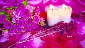 Cierre de la cantidad para arriba de la quema de la rosa y de la vela Día de tarjeta del día de San Valentín almacen de video