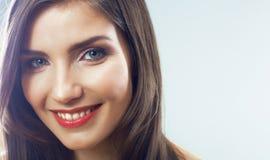 Cierre de la cara de la muchacha para arriba. Retrato de la mujer joven de la belleza. Foto de archivo libre de regalías