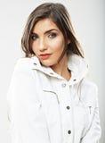 Cierre de la cara de la mujer de la belleza encima del retrato Actitudes femeninas jovenes del modelo Imagen de archivo