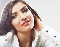 Cierre de la cara de la mujer de la belleza encima del retrato Actitudes femeninas jovenes del modelo Fotos de archivo libres de regalías