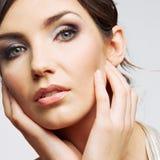Cierre de la cara de la mujer de la belleza encima del retrato. Modelo joven femenino. Estudio Foto de archivo libre de regalías