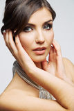 Cierre de la cara de la mujer de la belleza encima del retrato Modelo joven femenino estudio Imagen de archivo libre de regalías