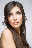 Cierre de la cara de la mujer encima del retrato de la belleza. Muchacha con el lookin largo del pelo Fotografía de archivo libre de regalías