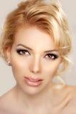 Cierre de la cara de la mujer para arriba Un de moda rubio bastante joven Muchacha con un  Imagenes de archivo