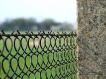 Cierre de la cerca del alambre de púas para arriba Foto de archivo libre de regalías