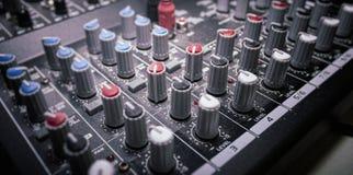 Cierre de la consola del mezclador para arriba fotografía de archivo