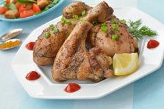 Cierre de la corteza del ala y de la pierna de pollo frito para arriba Imagen de archivo libre de regalías