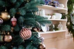 Cierre de la decoración del árbol de Christmass encima del tiro Fotos de archivo libres de regalías