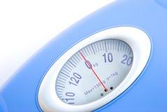 Cierre de la escala del peso para arriba Foto de archivo