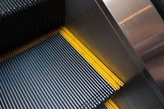 Cierre de la escalera de la escalera móvil para arriba para el concepto del accidente del peligro Fotos de archivo libres de regalías