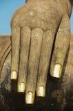 Cierre de la estatua de Buda encima del detalle de la mano en Sukhothai, Tailandia Foto de archivo