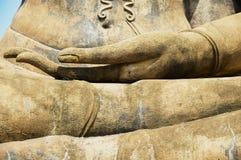 Cierre de la estatua de Buda encima del detalle de la mano en Sukhothai, Tailandia Imagenes de archivo