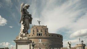 Cierre de la estatua del ángel para arriba en el santangelo del castel, Roma almacen de metraje de vídeo