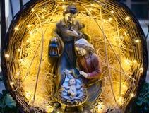 Cierre de la estatua del niño de Jesús de la escena de la natividad encima del pesebre imagen de archivo libre de regalías