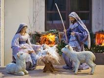Cierre de la estatua del niño de Jesús de la escena de la natividad encima del pesebre imágenes de archivo libres de regalías