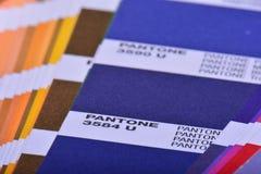 Cierre de la guía de Pantone de la paleta de colores para arriba Catálogo colorido de Swatch Imagen de archivo