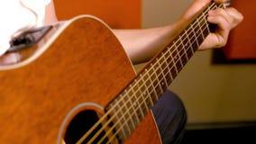 Cierre de la guitarra acústica para arriba metrajes