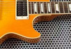 Cierre de la guitarra eléctrica para arriba en superficie de metal Foto de archivo libre de regalías