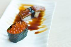 Cierre de la imagen del ikura del sushi para arriba en el cierre blanco del humor del color para arriba en restaurante japonés Fotografía de archivo libre de regalías