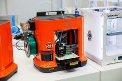 cierre de la impresión de Da Vinchi de la impresora 3d mini encima del proceso en la exposición el CeBIT 2017 en Hannover Messe,  Fotos de archivo libres de regalías