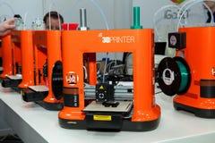 cierre de la impresión de Da Vinchi de la impresora 3d mini encima del proceso en la exposición el CeBIT 2017 en Hannover Messe,  Foto de archivo libre de regalías
