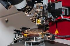 Cierre de la máquina de vinculación del alambre encima del proceso foto de archivo