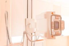 Cierre de la máquina de radiografía para arriba en centro médico contemporáneo dispositivo con la tabla de la radiografía en un h imagen de archivo libre de regalías