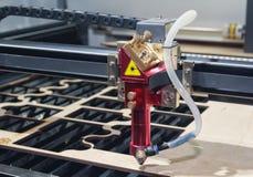 Cierre de la madera contrachapada de los cortes de máquina del laser para arriba Imagen de archivo libre de regalías