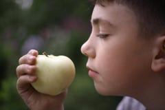 Cierre de la manzana de la boca del adolescente encima del retrato Imagen de archivo