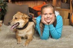 Cierre de la mentira de la muchacha y del perro Fotos de archivo libres de regalías