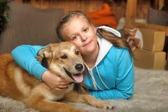 Cierre de la mentira de la muchacha y del perro Fotos de archivo