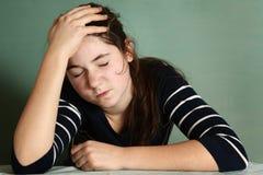 Cierre de la muchacha del adolescente encima del retrato con dolor de cabeza severo Imagenes de archivo