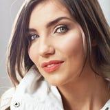 Cierre de la muchacha del adolescente encima del retrato de la belleza en el backgr blanco Imagenes de archivo