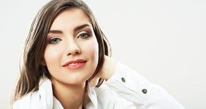 Cierre de la muchacha del adolescente encima del retrato de la belleza aislado en el backgr blanco Fotos de archivo libres de regalías