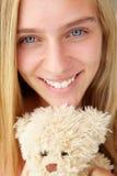 Cierre de la muchacha del adolescente para arriba con el oso de peluche Imagen de archivo