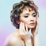 Cierre de la mujer joven encima del retrato de la belleza de la cara Estilo de pelo corto fem Foto de archivo