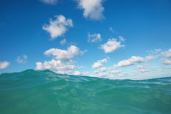 Cierre de la onda del mar para arriba Foto de archivo libre de regalías
