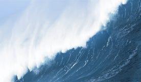 Cierre de la onda que se estrella para arriba Imagen de archivo libre de regalías