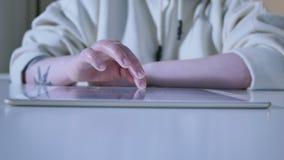 Cierre de la pantalla táctil de la tableta de tacto del finger de la mujer para arriba metrajes