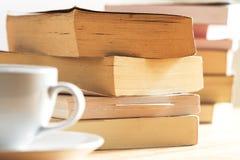 Cierre de la pila del libro encima del tiro Fotografía de archivo libre de regalías