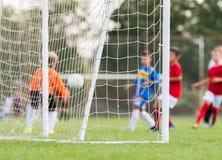 Cierre de la red de la meta del fútbol del fútbol para arriba Imágenes de archivo libres de regalías