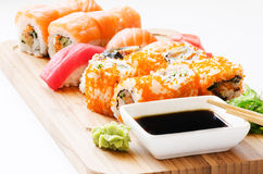 Cierre de la salsa del sushi y de soja para arriba en la madera Imagenes de archivo
