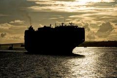 Cierre de la silueta del arco de la proa de la nave encima del detalle en la puesta del sol en Auckland fotos de archivo libres de regalías