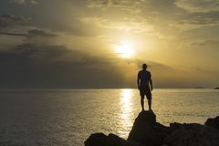 Cierre de la situación del hombre el mar adriático en Croacia en la puesta del sol Fotografía de archivo