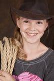 Cierre de la sonrisa de la cuerda del sombrero de vaquero de la muchacha Fotografía de archivo libre de regalías
