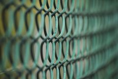 Cierre de la textura del metal de la cerca de alambre del hierro para arriba fotos de archivo libres de regalías